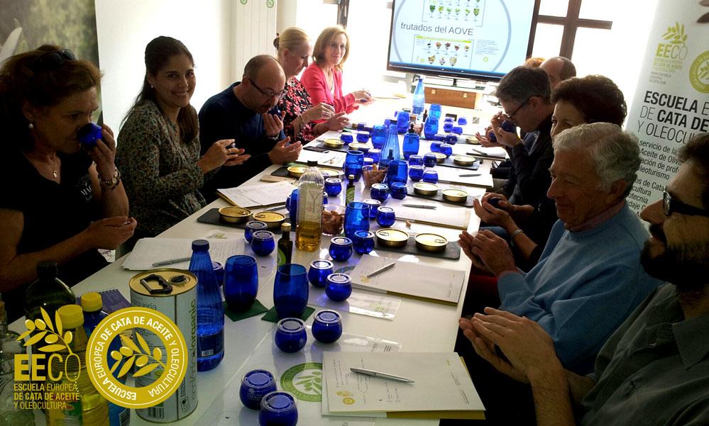 Curso de Iniciación a la cata del aceite de oliva virgen extra en la EECO y tapa maridaje del 18 de abril de 2015. http://www.escuelaeuropeadecata.com