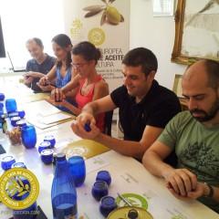 Así han sido los Cursos de Iniciación a la cata de aceite de oliva virgen extra en la EECO de julio