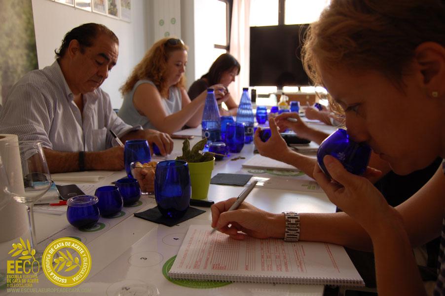 Curso-Avanzado-de-Analisis-sensorial-y-cata-del-aceite-de-oliva-virgen-extra_agosto_2015 en la EECO con Mar Luna Villacañas