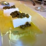 AOVE de Arbequina, queso de cabra fresco y alcaparras